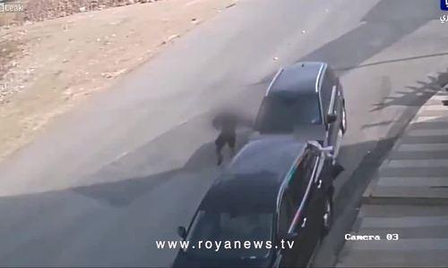 Xe SUV trôi dốc chèn cô gái đi bộ vào ôtô khác