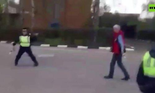 Cảnh sát Nga dùng cành cây hạ kẻ cầm dao