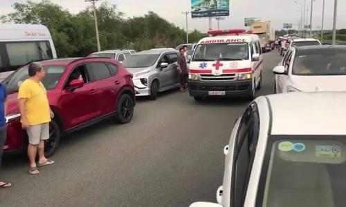 Xe cấp cứu kêu cứu vì bị chiếm làn khẩn cấp - nỗi xấu hổ cao tốc - ảnh 1