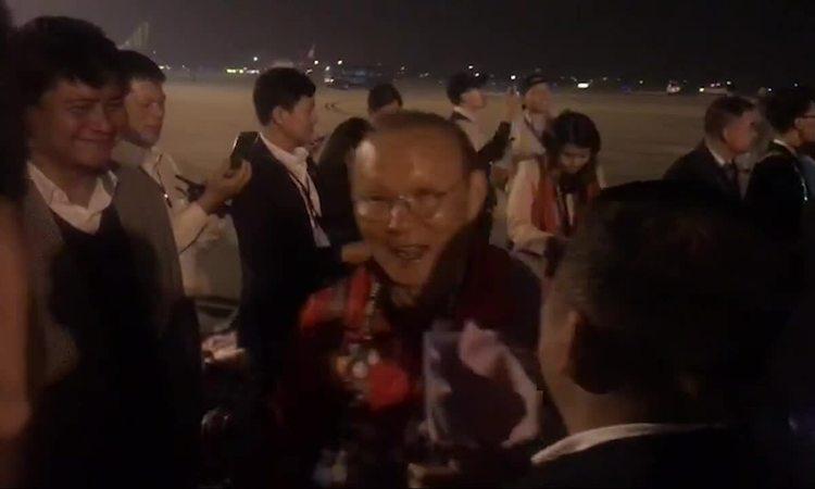 Tuyển U22 Việt Nam xuống máy bay