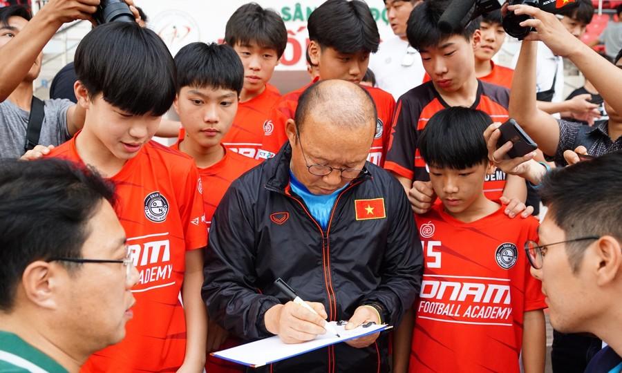 Hàng trăm học sinh Hàn Quốc gặp gỡ HLV Park Hang-seo