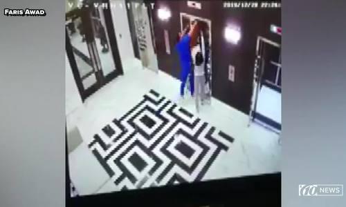 Bác sĩ cứu con chó bị thang máy siết cổ