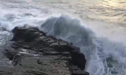 Bị sóng biển cuốn trôi