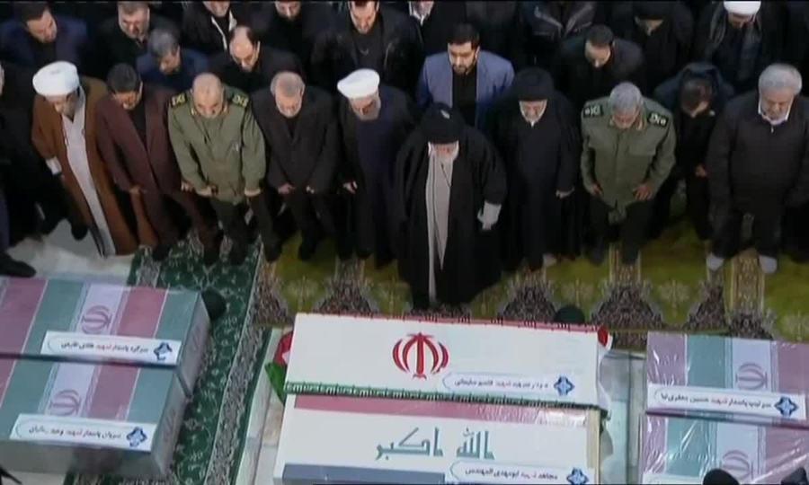 Tân tư lệnh Iran ôm quan tài tướng Soleimani