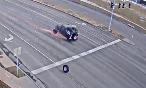 Hai chiếc lốp bay ra từ ôtô đập trúng một xe khác