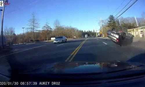 Ôtô lao sang làn ngược chiều tránh xe lật