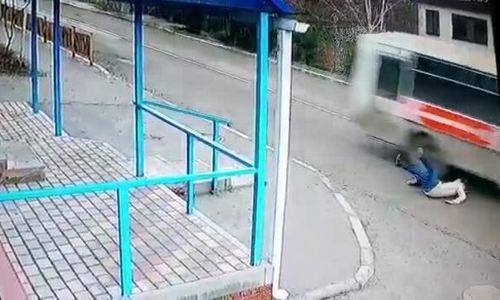Cô gái ngã ra đường suýt bị xe buýt chèn trúng đầu