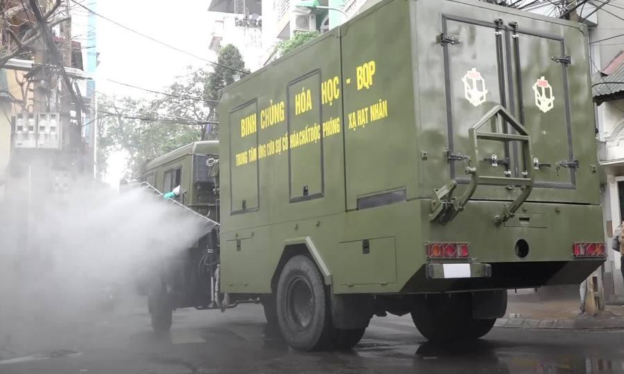 Quân đội khử trùng phố Trúc Bạch