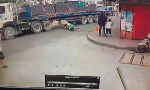 Người đàn ông suýt bị xe máy lôi vào gầm ôtô
