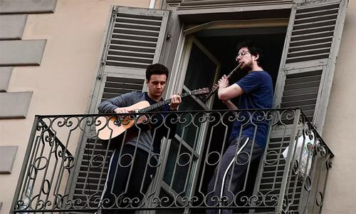 Dân Italy ca hát trên ban công