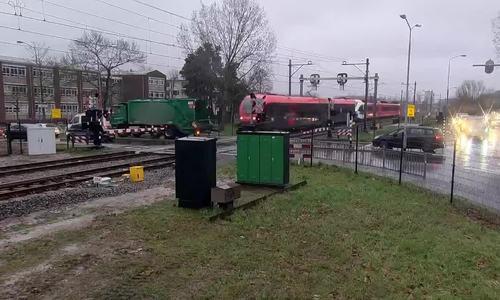 Xe rác suýt bị đoàn tàu đâm trúng