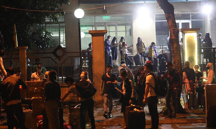 Hàng trăm người về trung tâm cách ly trong đêm