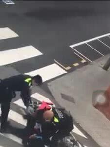 Cảnh sát quật ngã tay lái môtô vi phạm lệnh phong tỏa