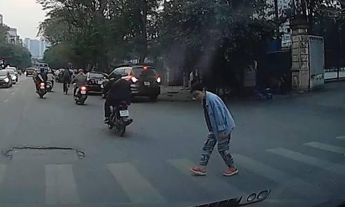 Người đi bộ cám ơn lái xe đã nhường đường