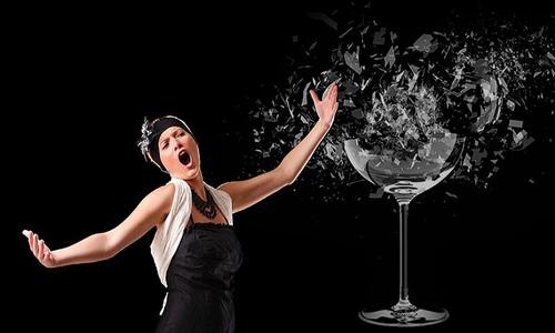 Giọng hát của con người có thể làm vỡ ly thủy tinh?