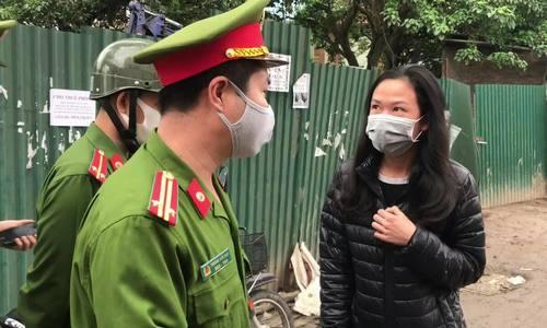 Khó xử phạt người dân đi ngoài đường