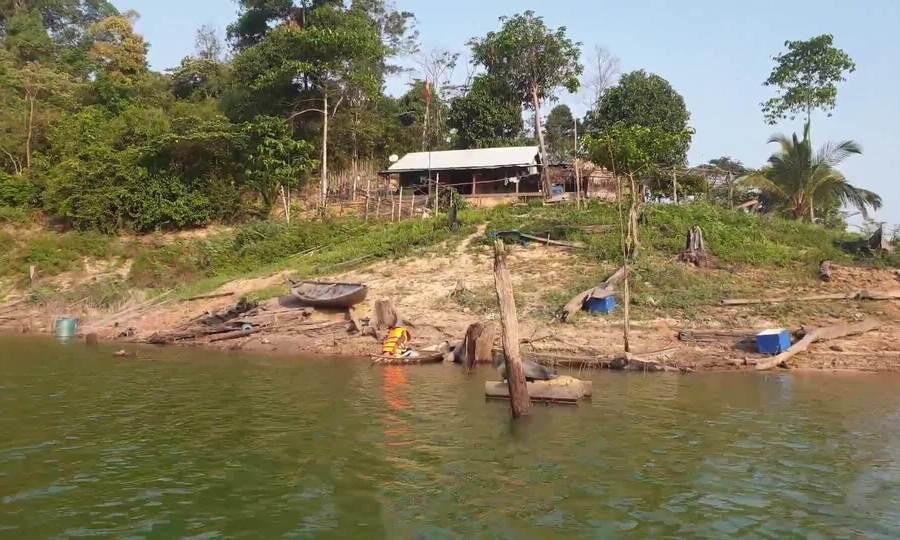 Người đàn ông gần 20 năm sống trên đảo hồ thủy điện
