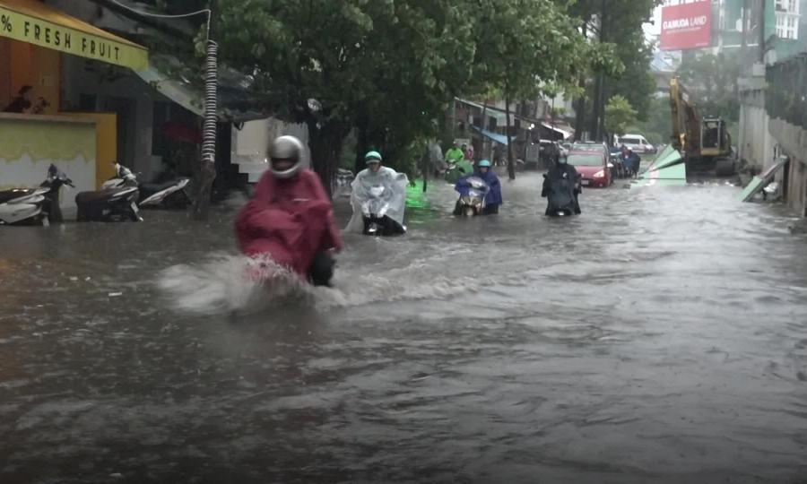 Hàng loạt xe chết máy sau cơn mưa nặng hạt