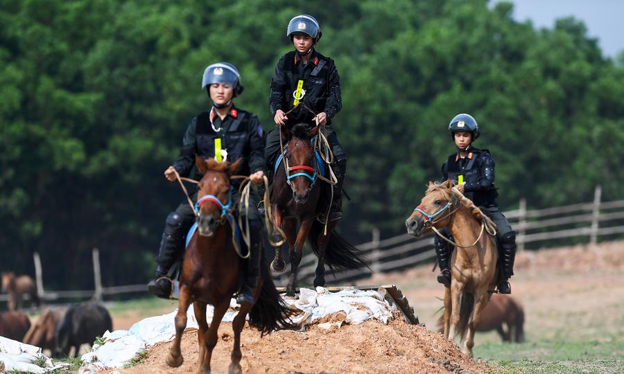 Cảnh sát cơ động Kỵ Binh tập luyện trên thao trường