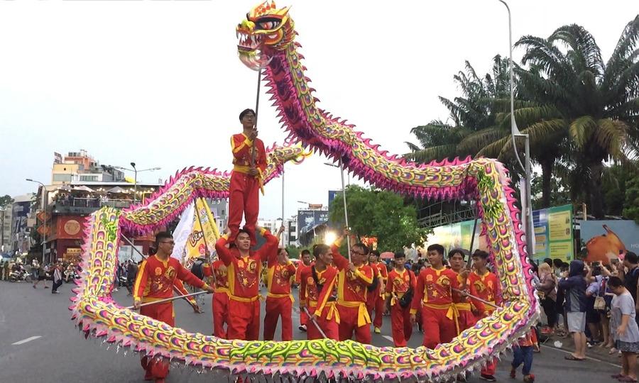 """Hơn 600 người diễu hành đón Tết Nguyên Tiêu """"muộn'"""