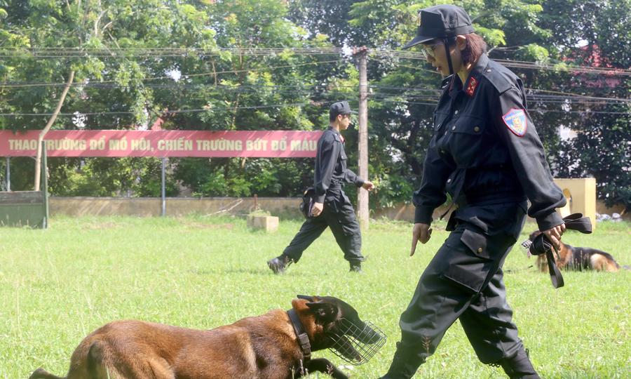 Nữ huấn luyện viên chó nghiệp vụ