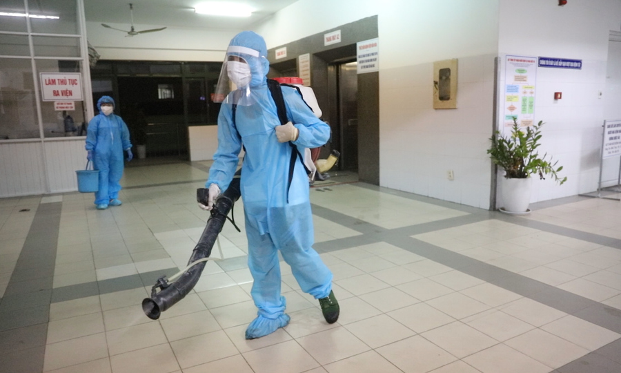 Xe quân đội phun khử khuẩn hai bệnh viện Đà Nẵng
