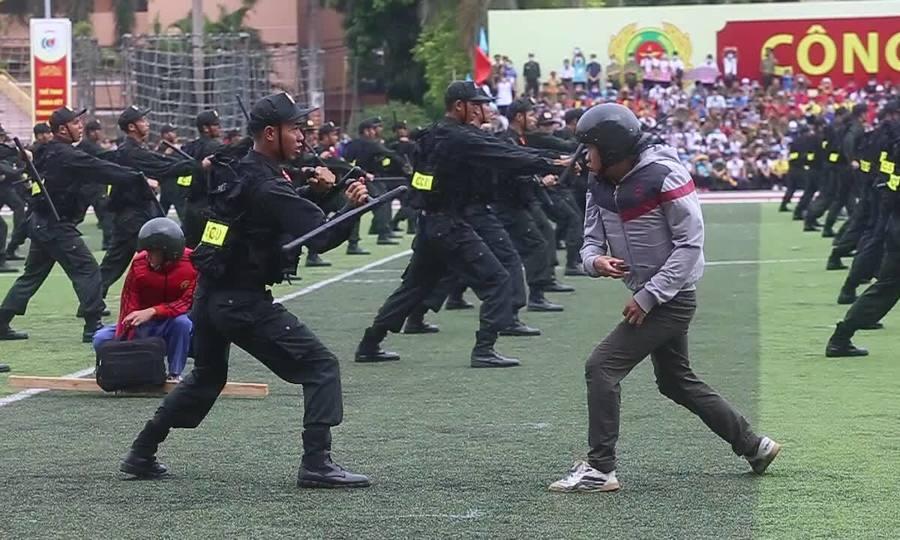 Màn biểu diễn cảnh sát hạ gục 7 người