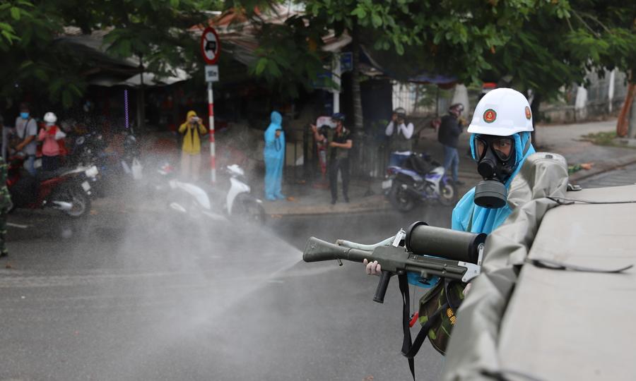 Quân đội phun hoá chất trên đường phố Đà Nẵng