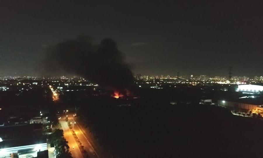 Hơn 300 cảnh sát chữa cháy kho hàng trong đêm