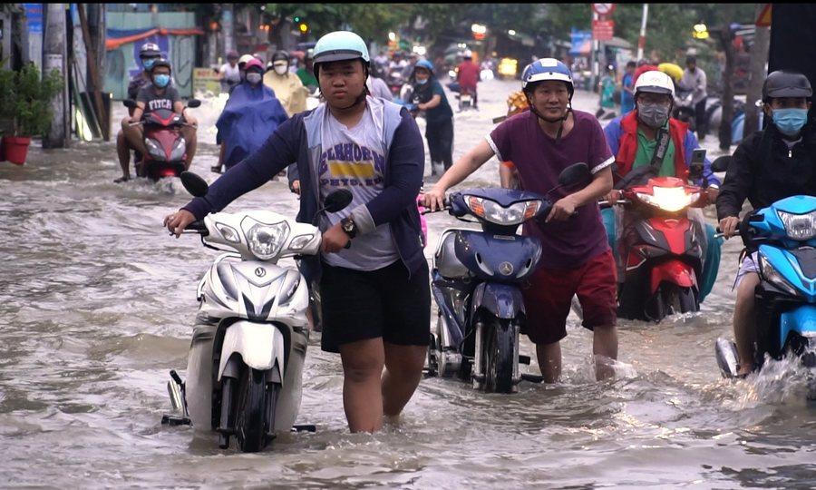 Hàng loạt xe chết máy khi qua vùng ngập do triều cường