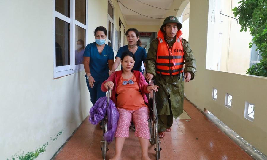 Đưa đẻ trong lũ ở Bệnh viện Lệ Thủy
