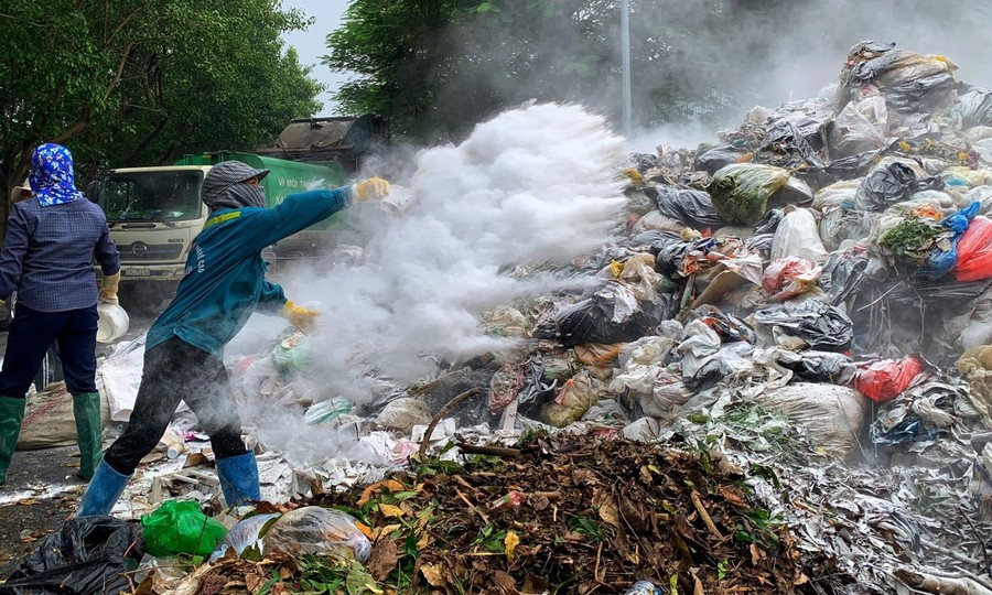 Rác thải sinh hoạt chất thành núi trong nội thành Hà Nội