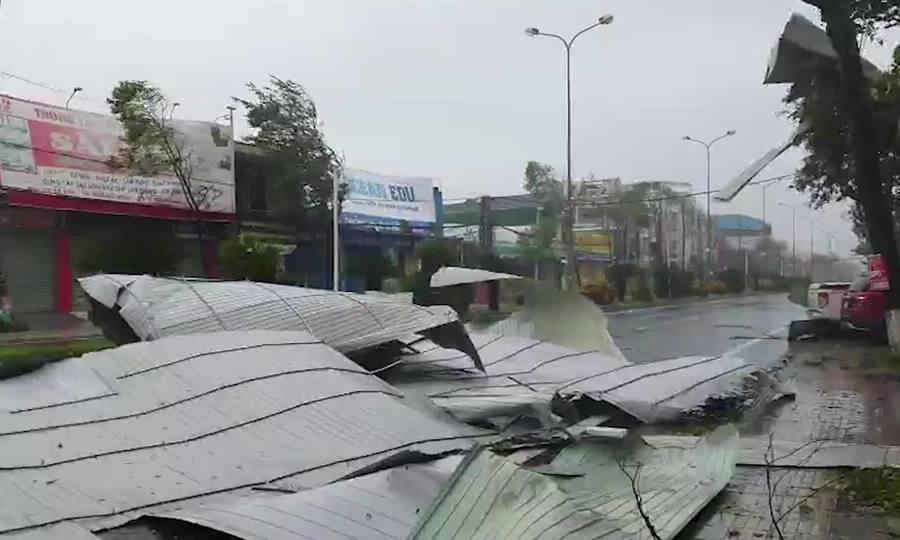 Tôn bay, cầu sập khi bão Molave đổ bộ