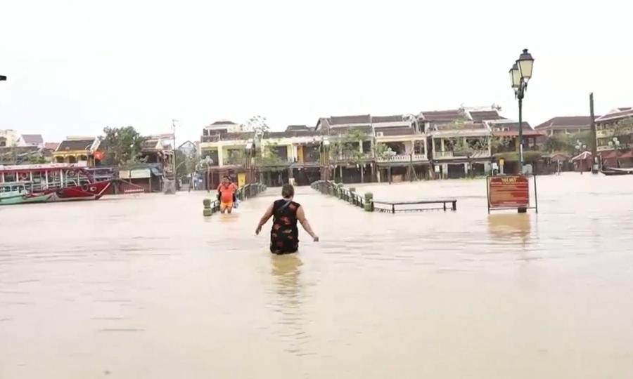 Miền Trung ngập lụt, sạt lở sau bão