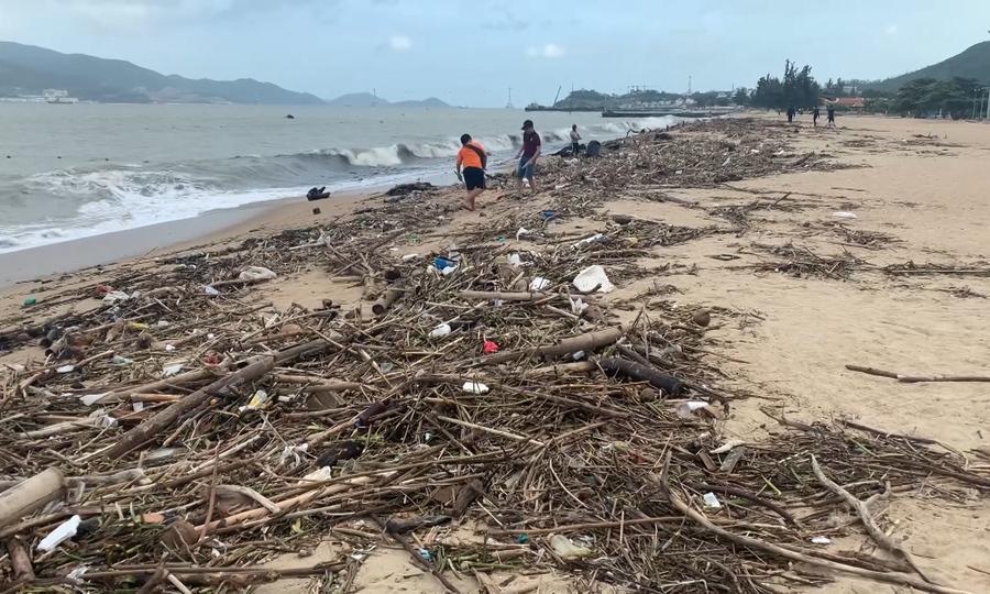 Bãi biển Nha Trang ngập rác sau mưa lũ