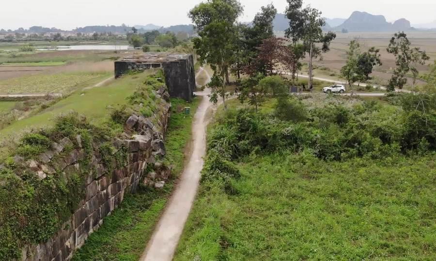 Tường đá ở thành nhà Hồ sạt lở