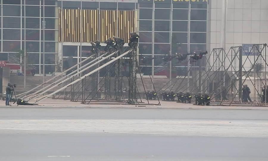 Cảnh sát cơ động đặc nhiệm trình diễn bắn súng, võ thuật