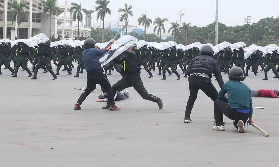 CSCĐ biểu diễn một mình hạ gục 8 kẻ cầm hung khí