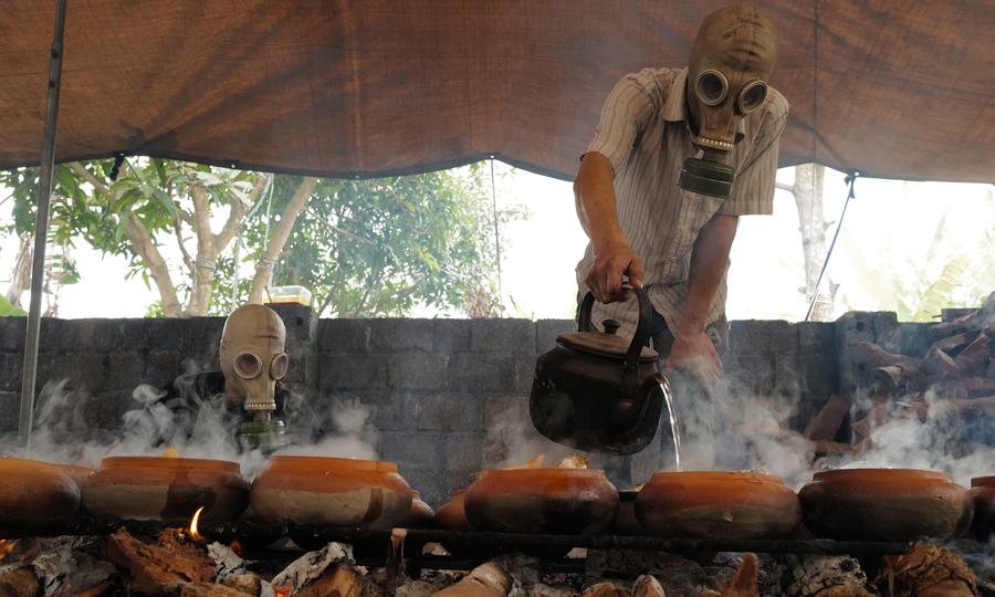 Người làng Vũ Đại đeo mặt nạ đặc chủng kho cá