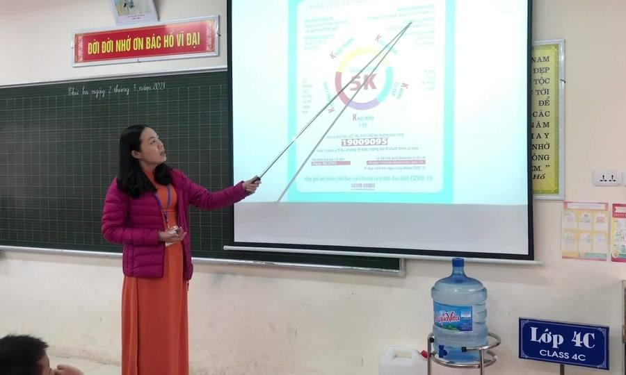 Học sinh Tiểu học Xuân Phương trong ngày đầu trở lại trường