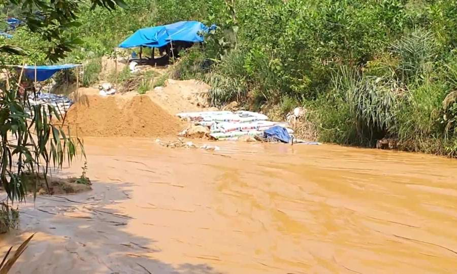 Hàng trăm người đào bới ở mỏ vàng lớn nhất nước