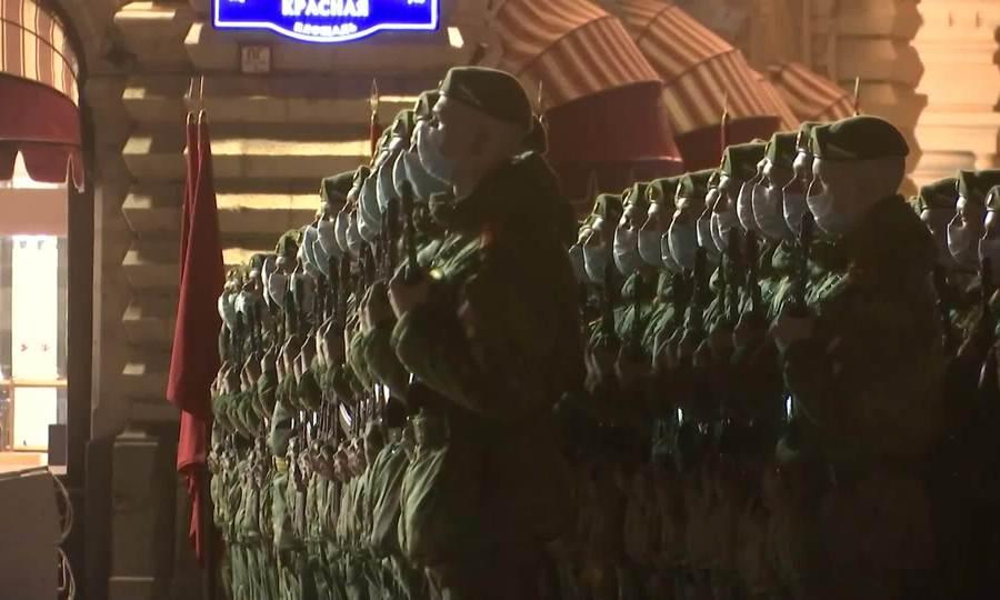 Lính Nga đeo khẩu trang luyện tập duyệt binh