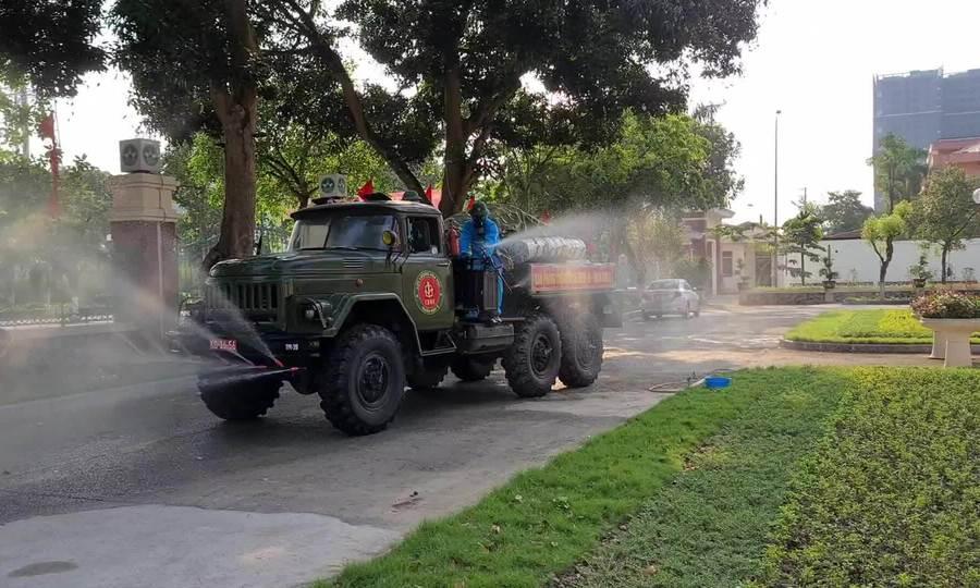 Quân đội phun khử khuẩn ở Vĩnh Phúc