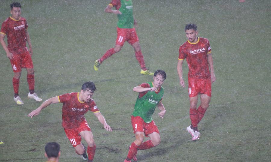 Tuyển Việt Nam tập luyện dưới mưa dông