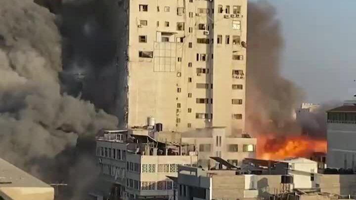 Tháp 14 tầng hóa tro bụi sau đòn không kích của Israel