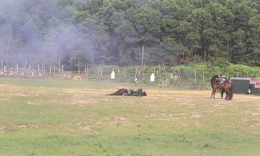 Cảnh sát cơ động Kỵ Bình nằm đổ người bắn súng