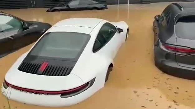 Xe Porsche mới tinh ngập nước trong đại lý