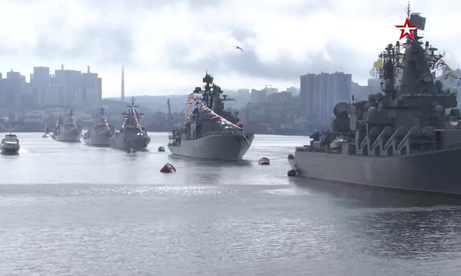 Tàu hộ vệ Việt Nam sánh vai với dàn chiến hạm Nga