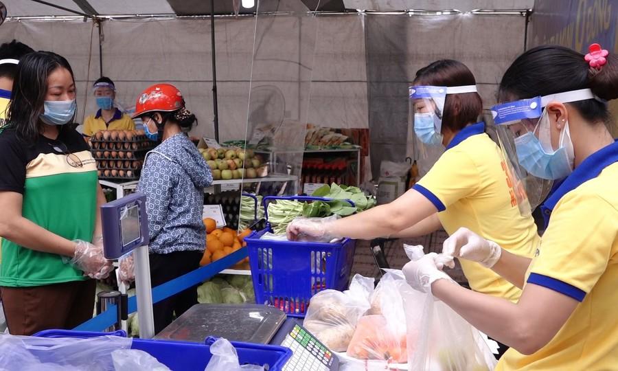Người dân mua hàng ở siêu thị 0 đồng