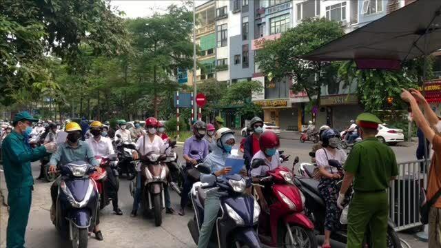 Video Hà Nội ùn tắc ngày đầu áp dụng giấy đi đường mới